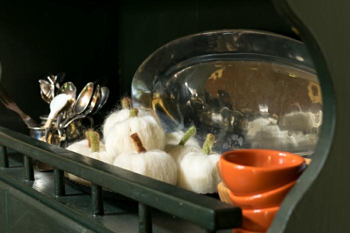 laine de feutrage transformée en citrouilles blanches, décorations handcraft