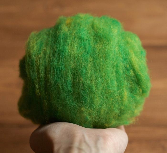 laine de feutrage verte, boule de laine peignée lavée et peinte