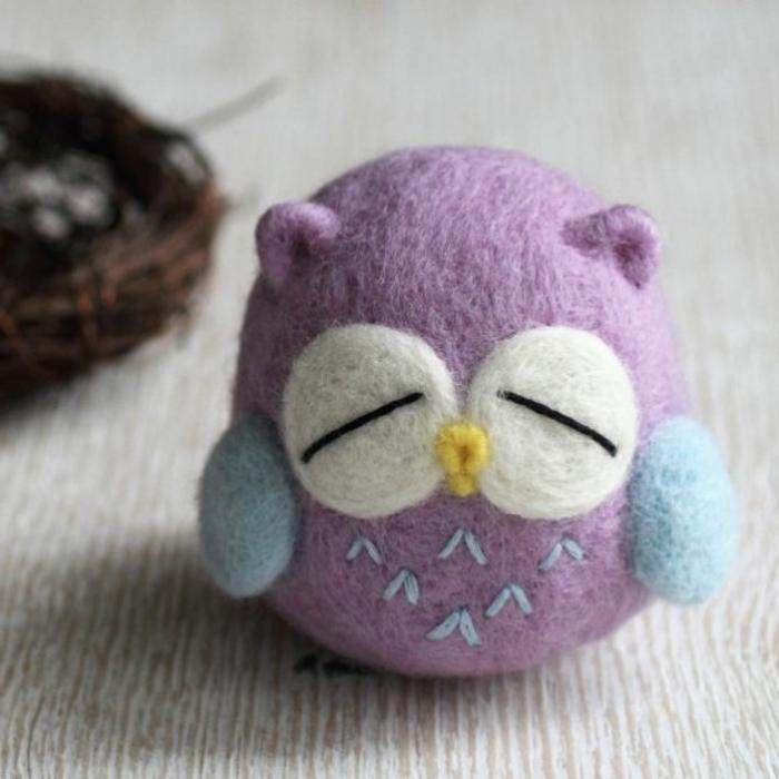 laine feutrée, hibou lilas en laine de feutrage, un petit hibou qui dort