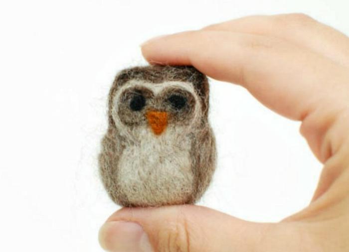 laine feutrée, hibou mignon avec grands yeux, bec orange, modeler de la laine