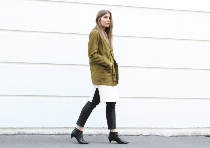 association couleur vetement, comment s'habiller en pantalon noir et pull long blanc avec bottines cuir noir