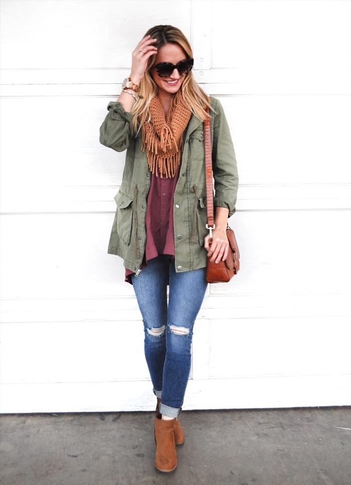veste kaki femme, comment s'habiller bien avec chemise longue bordeaux et paire de jeans déchirés clairs