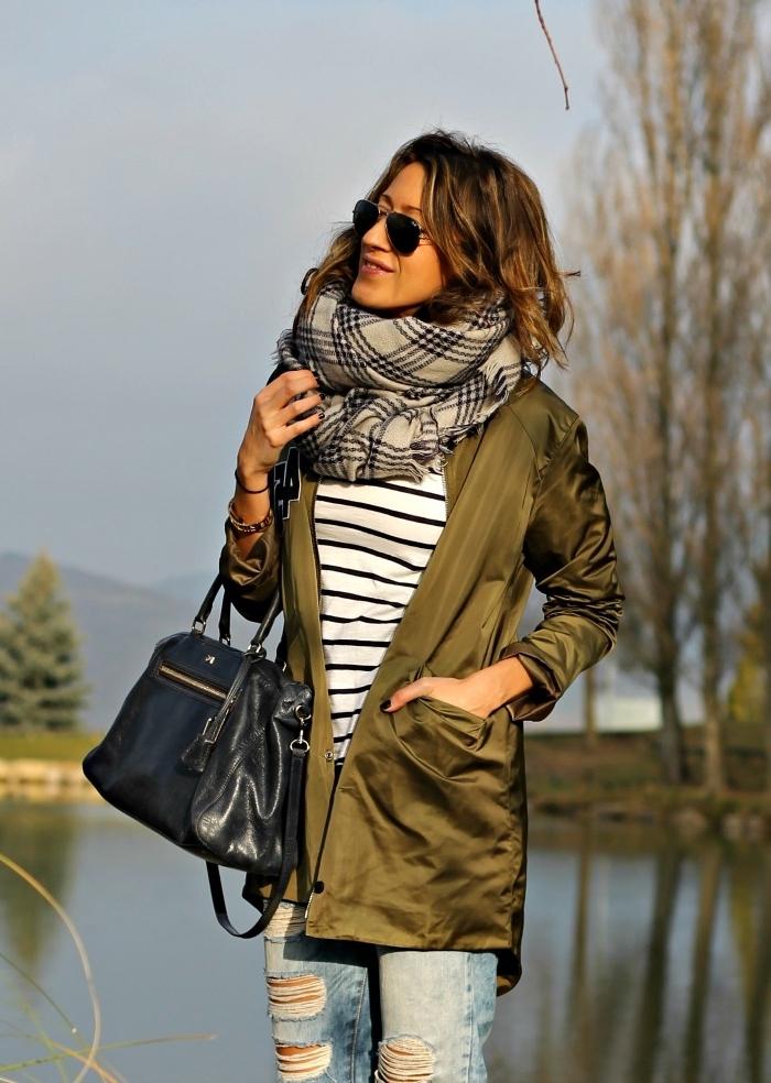 association couleur vetement, look féminin en jeans clairs et blouse rayée blanc et noir avec écharpe grise