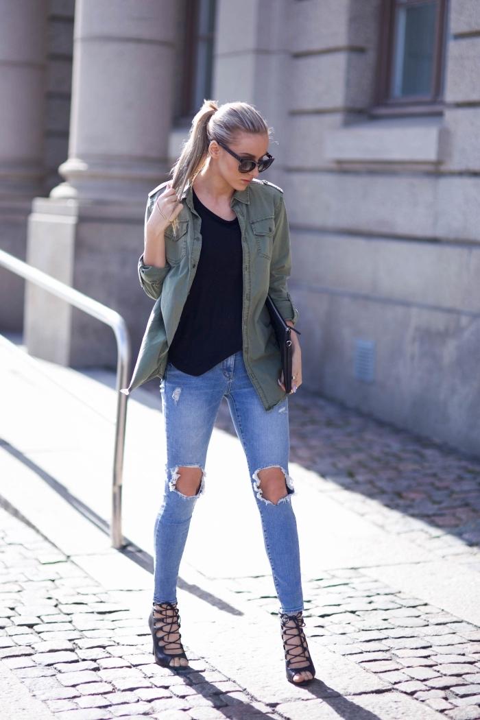 look veste kaki, vision chic avec paire de jeans déchirés clairs et blouse noires à combiner avec sandales noires