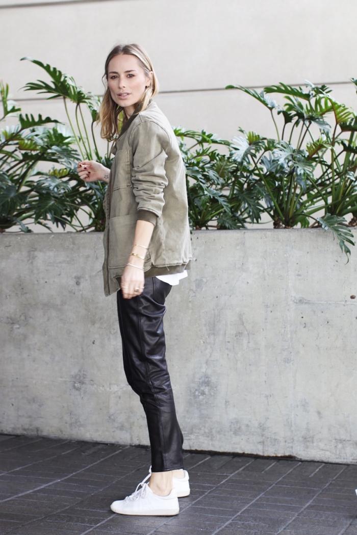 bomber femme, comment porter le veste kaki avec pantalon en cuir noir et baskets blancs femme
