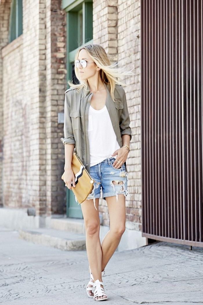 kaki couleur, vision moderne et casual avec shorts déchirés combinés avec blouse blanche et veste kaki