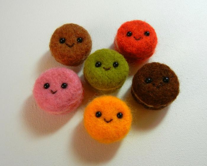 donuts en laine souriants, bricolage avec laine colorée, créations uniques