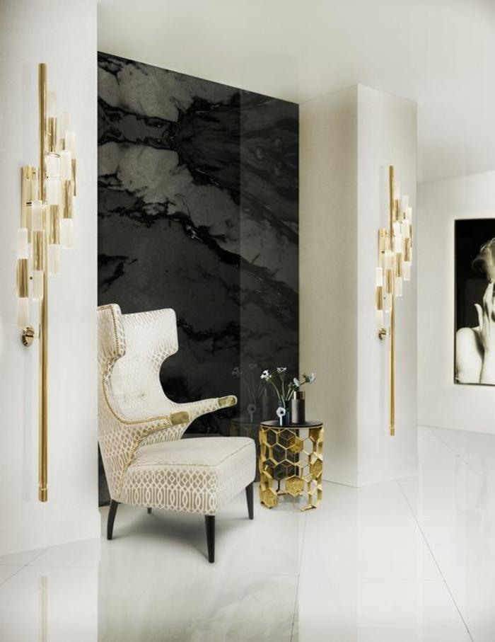idée deco salon meuble salon pas cher, fauteuil en blanc et beige-table ronde avec base en forme de ruches dorées, sol revêtu de marbre blanc brillant , photo de femme en noir et blanc