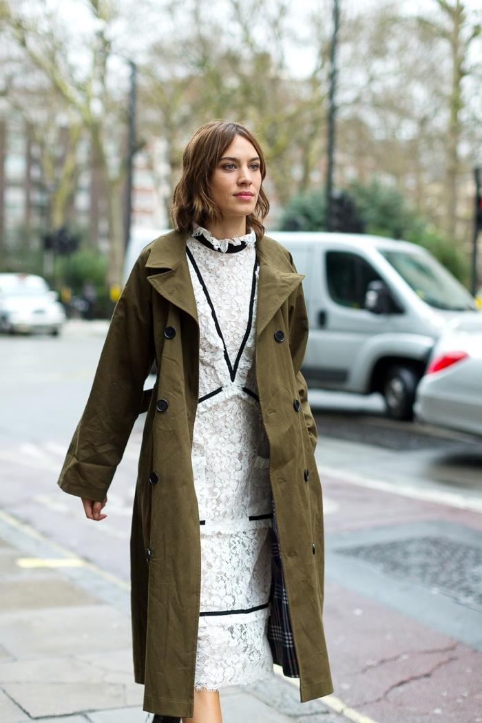 look veste kaki, femme élégante en robe longue de dentelle blanc et noir combinée avec manteau long kaki