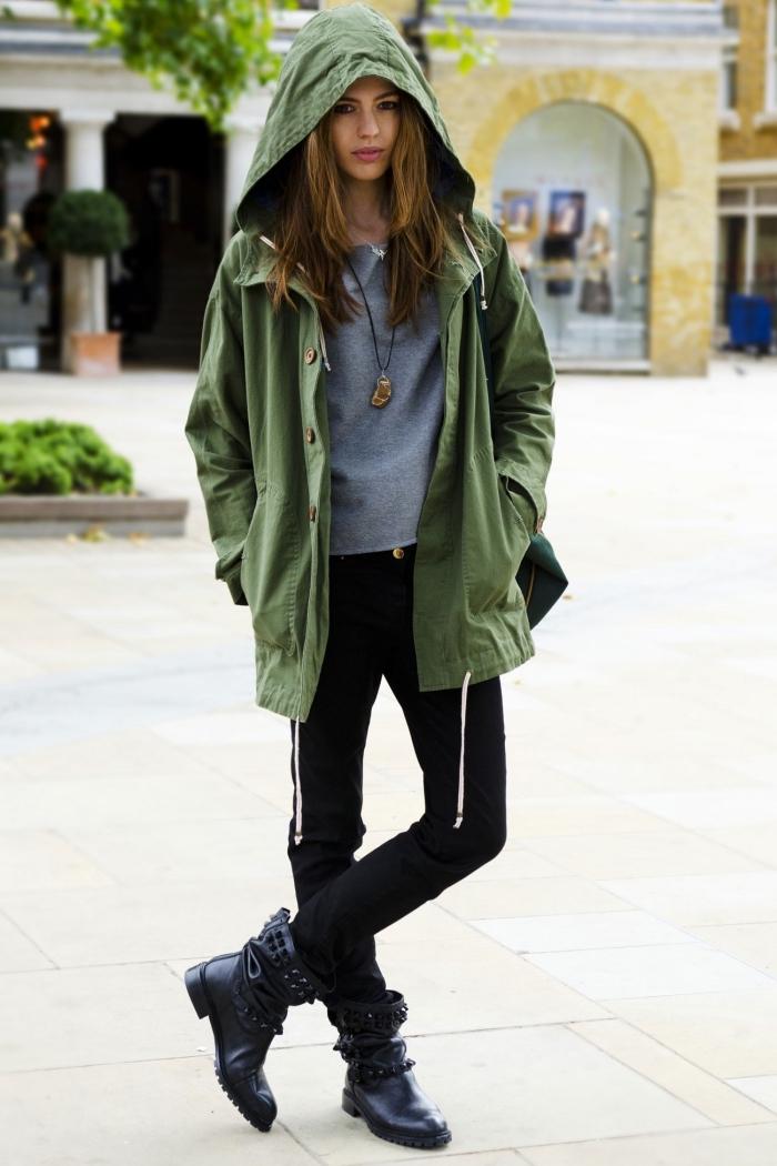 look veste kaki, comment porter le pantalon noir avec blouse grise et bottines de cuir noir