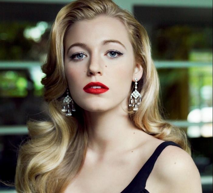 coiffure celebrité de Blake Lively aux cheveux blonds et bouclés combinés avec rouge à lèvres rouge