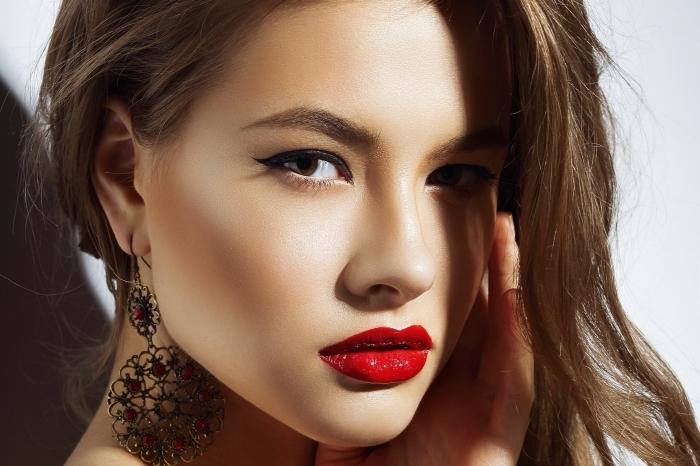 comment choisir son rouge à lèvre, femme aux cheveux châtain et maquillage en rouge à lèvres rouge