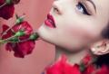 Le maquillage avec rouge à lèvre rouge pour les fêtes de fin d'année 2017