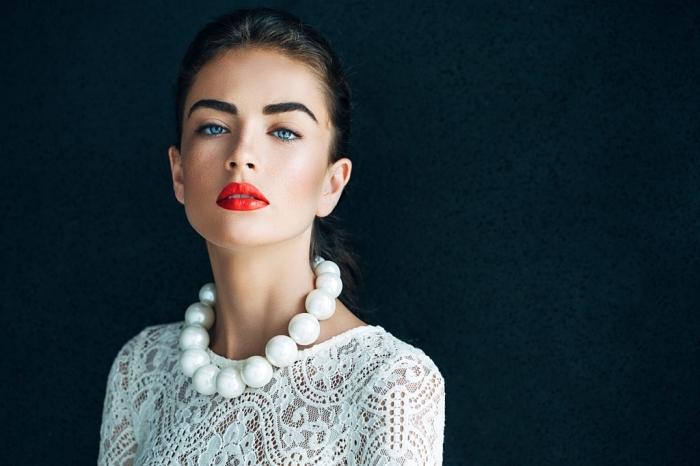 comment choisir son rouge à lèvre, coiffure de cheveux attachés, femme en robe blanche et collier en perles