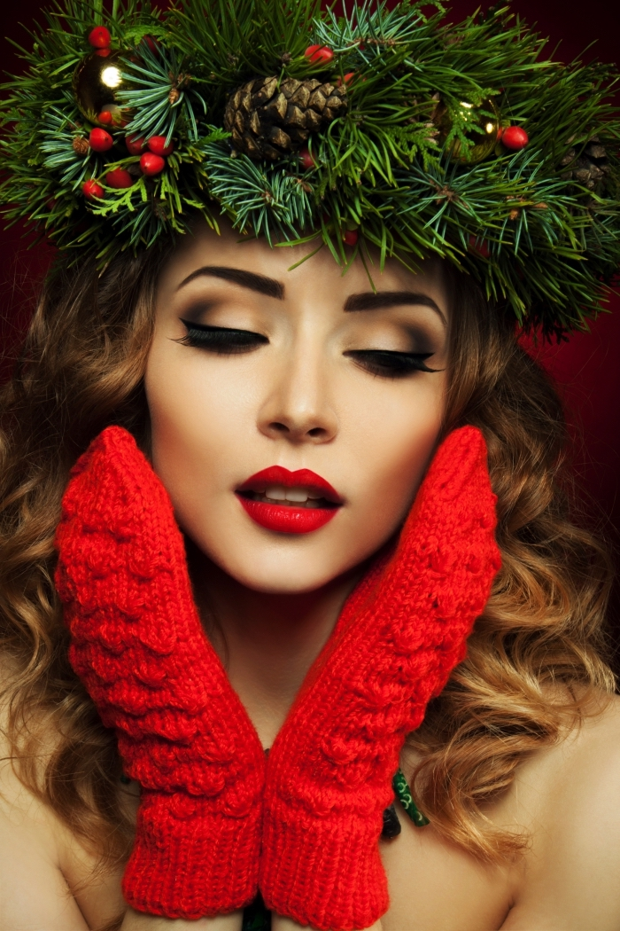 maquillage yeux verts, femme aux cheveux longs et bouclés de nuance blond foncé avec gants en crochet rouges