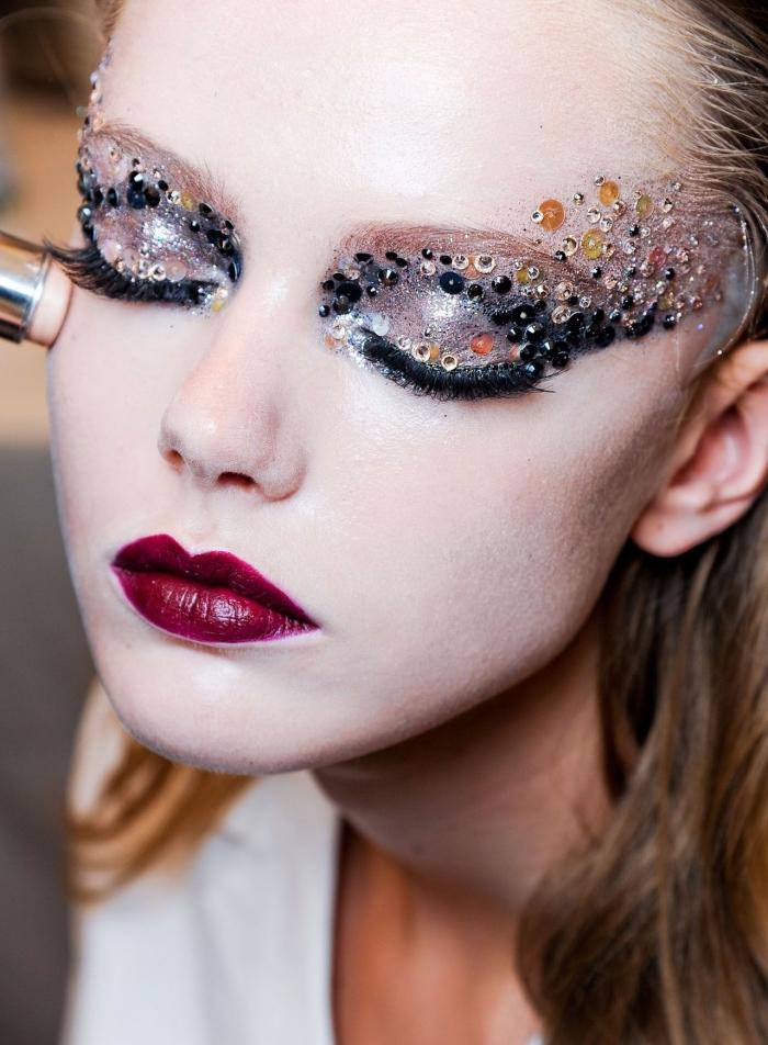 apprendre a se maquiller, rouge à lèvres bordeaux combiné avec maquillage des yeux excentriques en paillettes