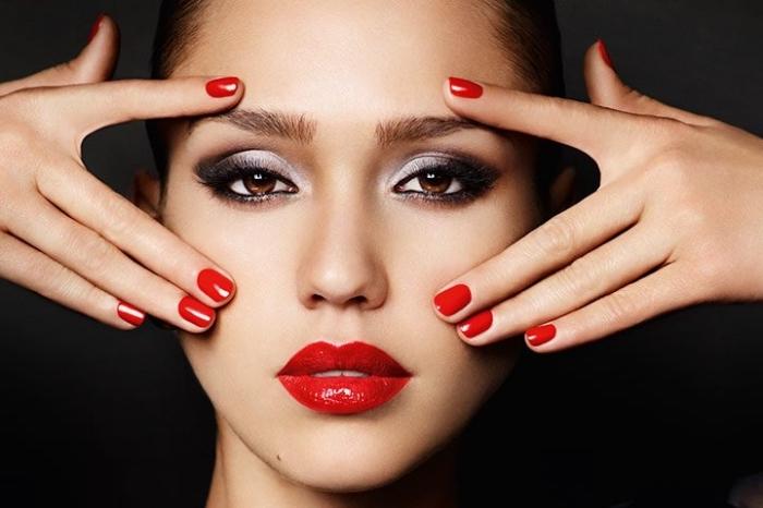 comment se maquiller les yeux, Jessica Alba aux lèvres rouges et yeux marrons maquillés en noir