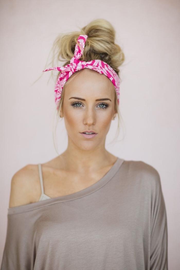 coiffure avec bandeau, cheveux longs attachés en chignon haut décontracté avec bandeau rose et blanc