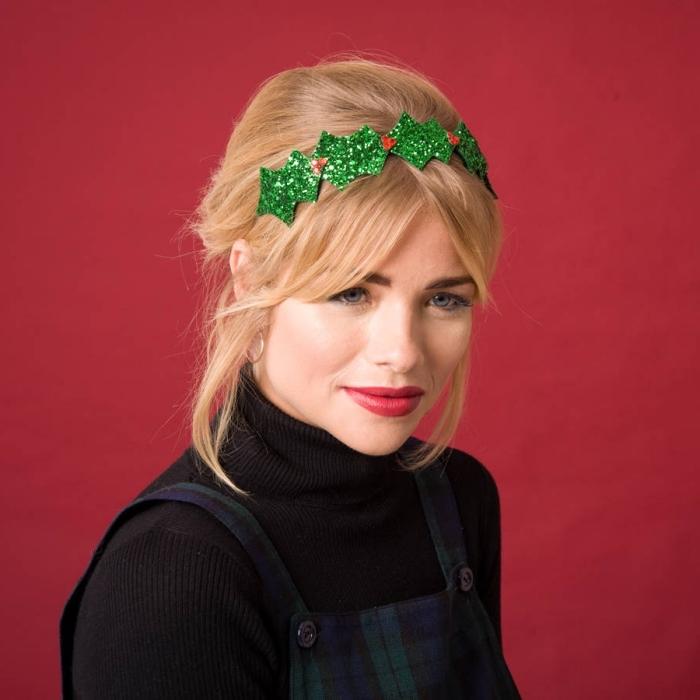 coiffure avec bandeau, coupe de cheveux mi-longs de couleur blond foncé en chignon bas décontracté avec mèches devant et frange