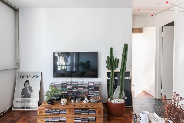 aménagement d un petit salon vintage chic avec un meuble palette de rangement pour cd
