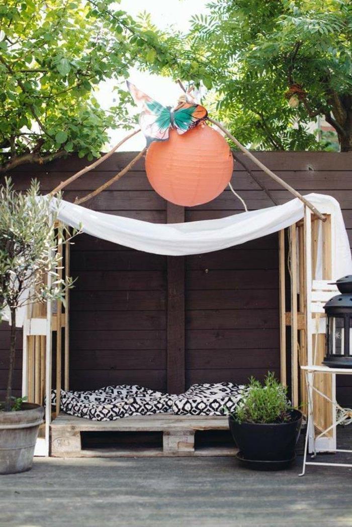 projet de meuble en palette pour le jardin, une cabane de jardin fabriquée avec des palettes