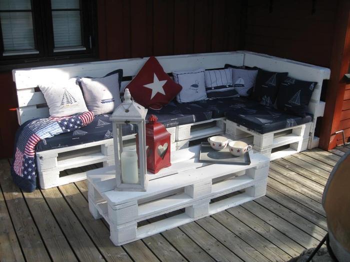 mobilier de jardin à petit budget fabriqué avec des palettes recyclées, un salon de jardin en palette peint en blanc
