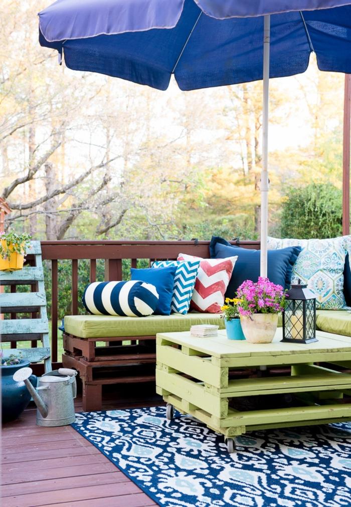salon de jardin cosy fabriqué avec des palettes peintes en vert et marron, comment fabriquer meubles jardin avec des palettes