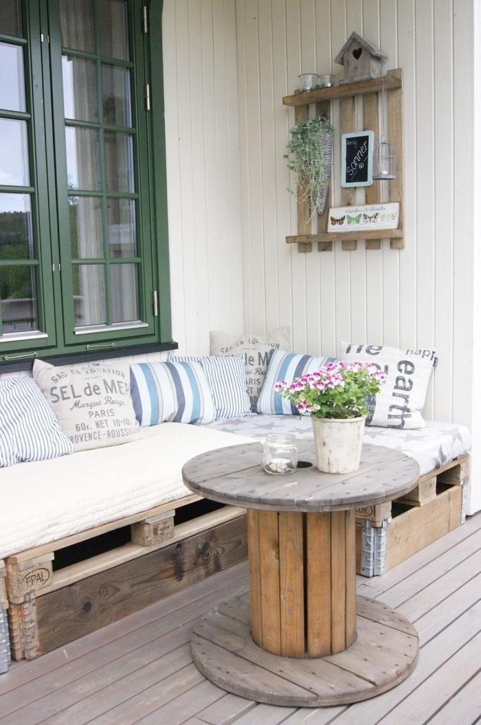 coin de repos style champêtre aménagé avec un canapé d angle en palettes et une table touret, comment fabriquer meubles jardin avec des palettes pour le patio et la terrasse