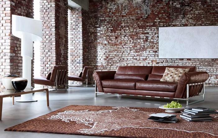 meuble style industriel avec canapé marron, tapis marron, sol béton, mur en briques, luminaire blanc