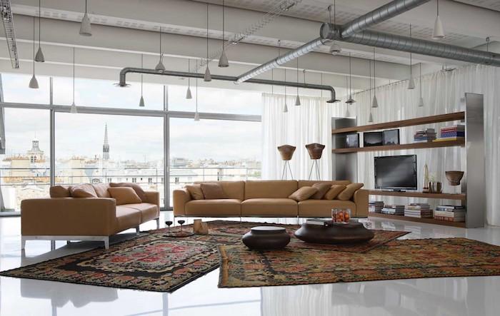exemple de meuble tv industriel, canapé couleur fauve, tapis oriental, sol blanc, suspensions blanches, tuyaux apaprentes