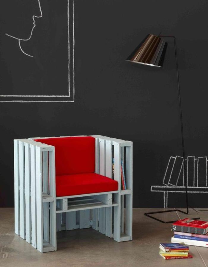 une chaise au design moderne en palettes peintes en blanc et matelas rouge, comment faire des meubles avec des palettes
