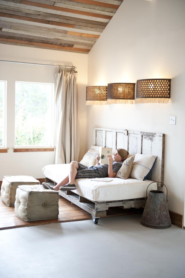 aménagement d'une chambre champêtre avec canapé-lit en palette à dossier en bois récup