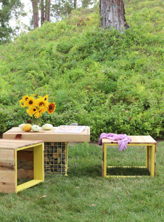 un banc palette original en jaune et bois naturel idéal pour accompagner la table de jardin, idée originale pour un meuble exterieur en palette