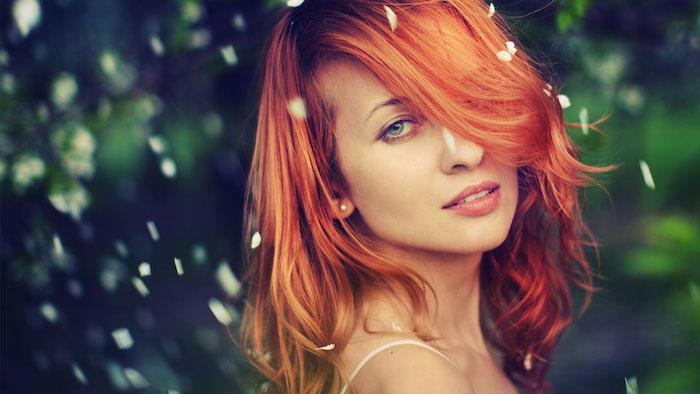 coloration rousse sur cheveux en carré plongeant mi long avec frange asymetrique tombant sur le front