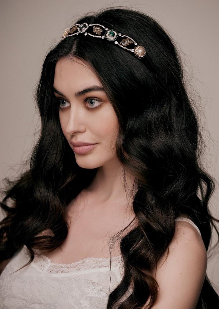 cheveux longs et bouclés de nuance noire avec couronne en cuir noir et embellissement en or