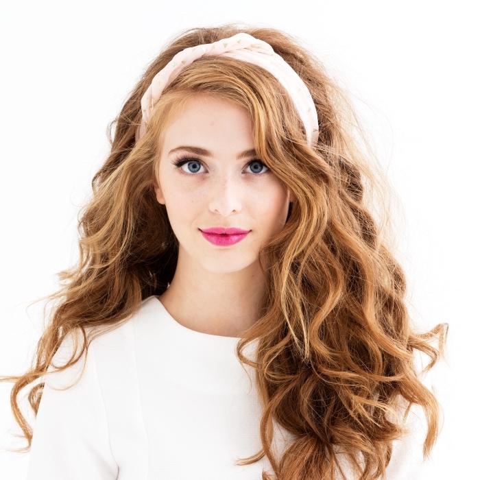 coiffure headband, coupe de cheveux longs et bouclés de couleur châtain cuivré aux reflets blond miel