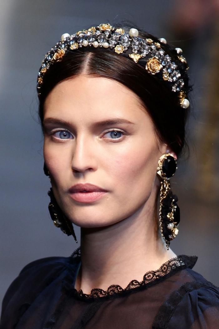 coiffure headband, belle femme aux cheveux attachés en chignon haut avec bandeau en perles et fleurs