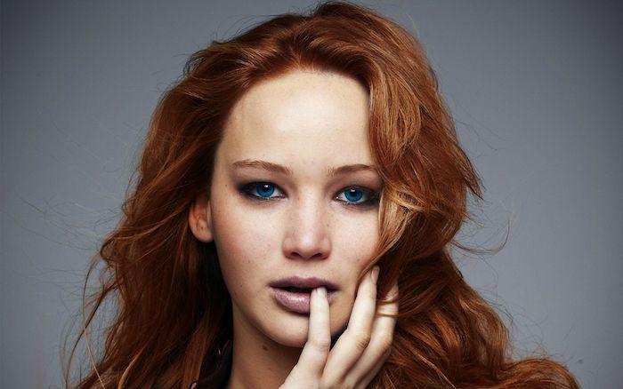 jennifer lawrence et ses cheveux roux entre blond et chatain, des yeux bleus, idée de coiffure effet décoiffé simple