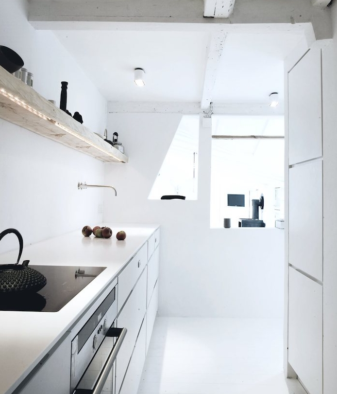 modeles de cuisine, exemple cuisine tout en blanc avec des boiseries, etagere en bois brut, meuble cuisine blanc, poutres apparentes