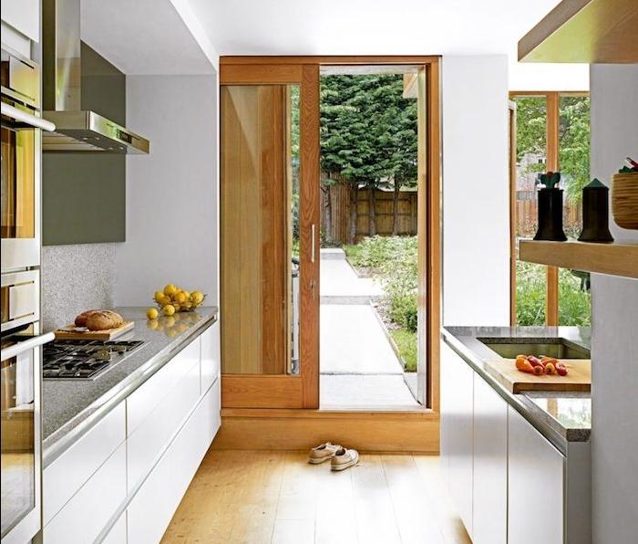 cuisine bois et blanc avec meuble cuisine blanc avec plan de travail gris, parquet bois clair, electromenager inox, parquet clair, ambiance zen