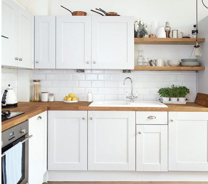exempel cuisine bois et blanc décoré de meubles blanc avec plan de travail bois et carrelage credence blanc, etageres bois ouvertes, vaisselle exposée