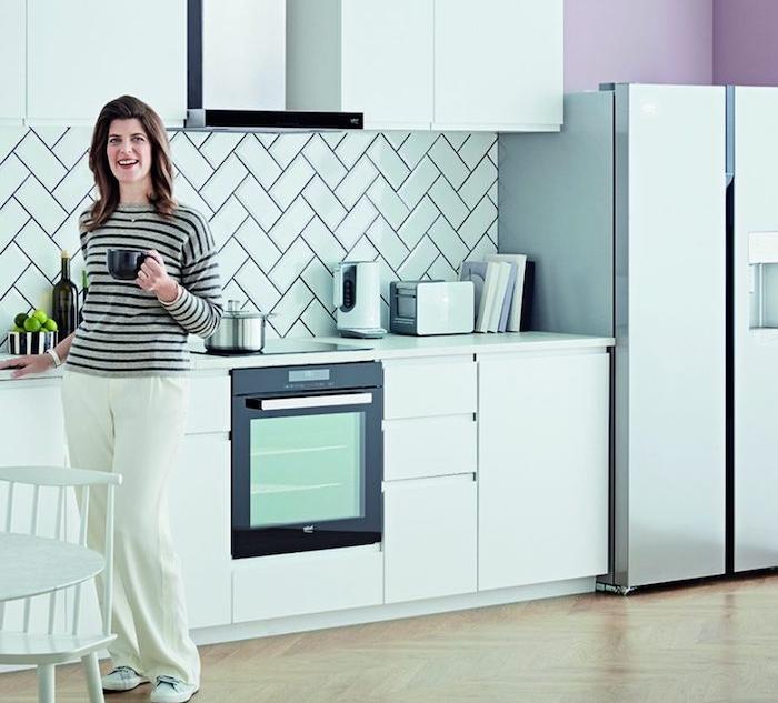 1001 conseils et id es pour am nager une cuisine moderne blanche for Credence violette