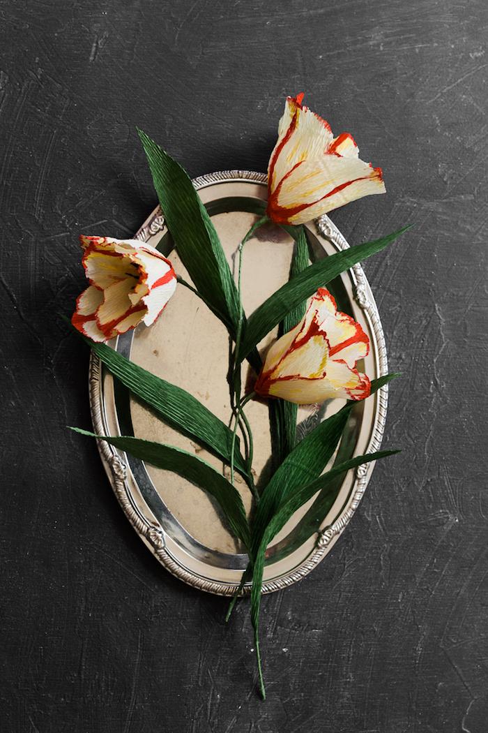 fleurs papier crepon, exemple de tulipes jaune et orange en papier avec des feuilles vertes e crepon et fil de fer en guise de tige