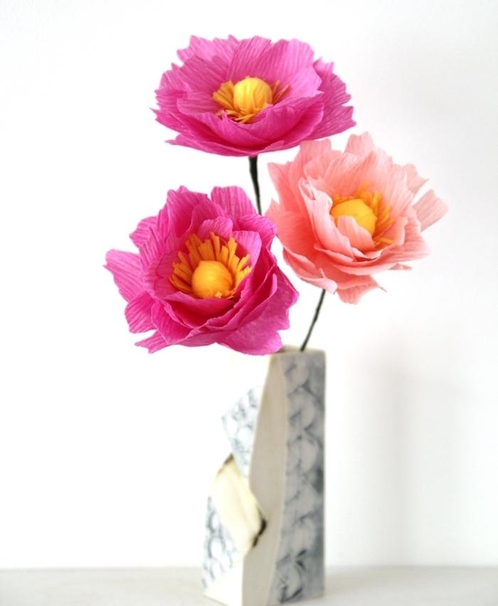 fleur en papier facile fabriquée à partir de pétales de fleurs en rose et fuchsia et tiges vertes en fil de fer, vase gris et blanc