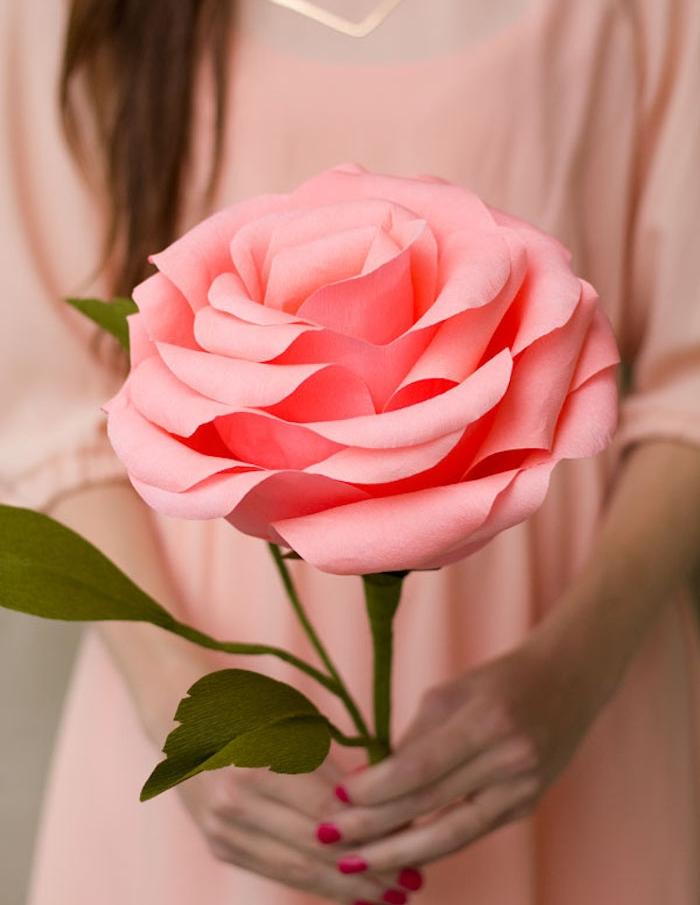 comment faire une fleur en papier soi meme, une rose en papier avec des pétales à bouts ondulés, tige et feuilles vertes