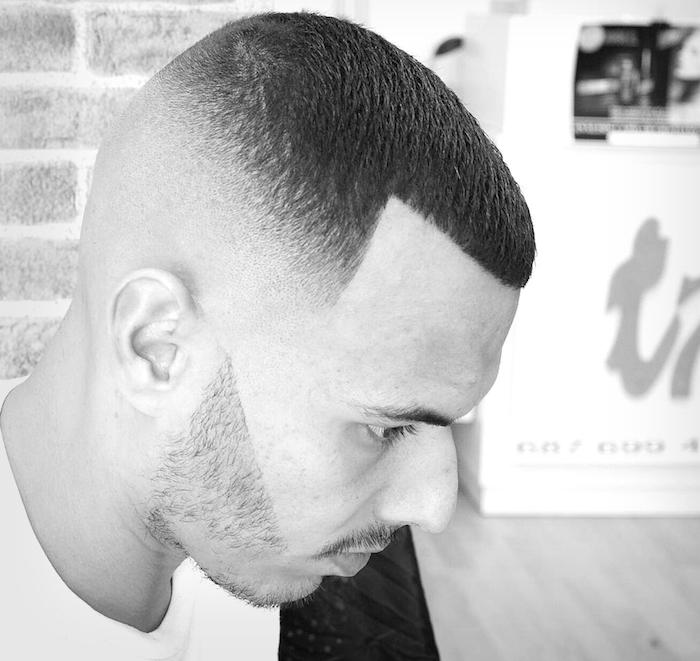 coiffure dégradé haut rasé tres court barbe taillée