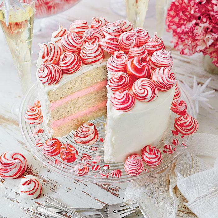 nappage gateau au chocolat blanc et décoration de pics rouges et blancs, idée de glaçage intéressante