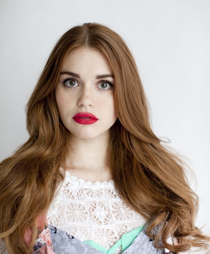 idée de couleur de cheveux blond cuivré, holland roden et ses cheveux longs légèrement ondulés et rouge a levres rouge