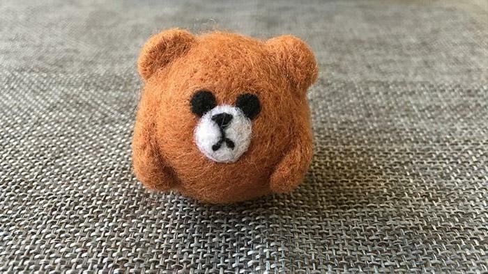 bricolage avec de la laine, petit ourson orange fait de laine molle