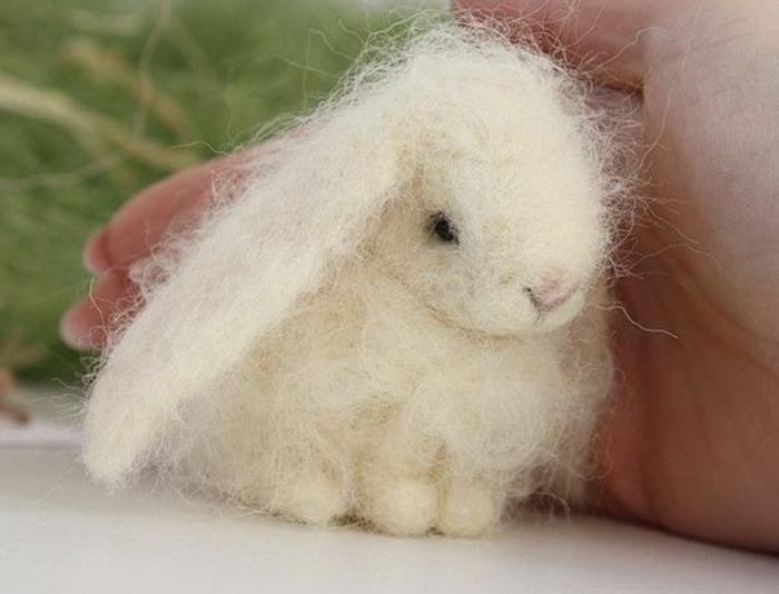 petit lapin sympathique, laine blanche, jouets décoratifs pour décorer chez vous